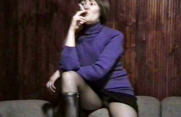 Upskirtcollection Smoking babe in panty and pantyhose June 05, 2006  Upskirt Fotos
